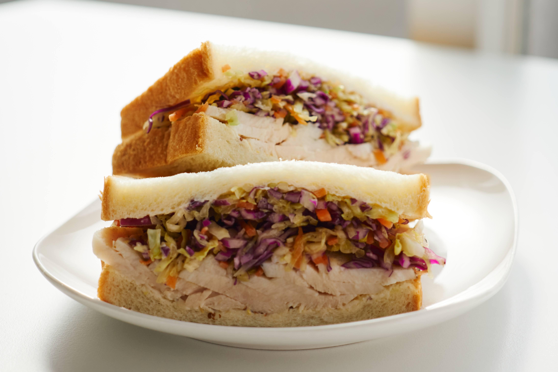 コールスローとチキンのサンドイッチ
